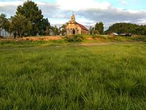 Fridsam bygdkyrka royaltyfria foton