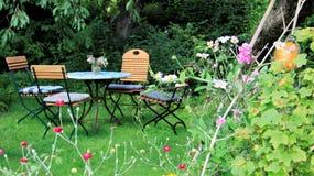 Fridsam gräs- hemträdgård för ny luft arkivfoto
