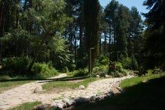 Fridsam gräsplan parkerar i den Sandanski staden Arkivfoton