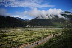 Fridsam härlig dal i Tibet Royaltyfri Foto