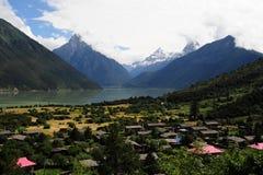 Fridsam härlig by i en dal av Tibet arkivfoton