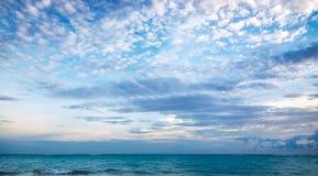 Fridsam havspanorama Arkivfoto