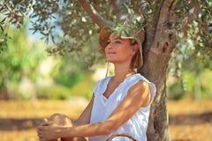 Fridsam kvinna i olivgrön trädgård arkivbilder