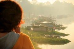 Fridsam meditation för naturligt vattenflottehus Arkivfoto
