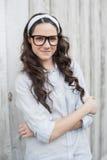 Fridsam moderiktig kvinna med stilfullt posera för exponeringsglas Arkivfoton