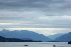 Fridsam morgonsikt på sjön med berg och härligt s Royaltyfri Bild