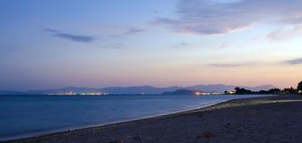 Fridsam och färgrik solnedgång på stranden med inget Arkivbilder