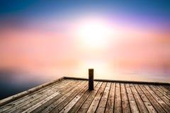 Fridsam och mystisk bild med morgonljus över en sjö Arkivbild