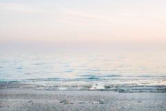 Fridsam plats av ett lugna hav på solnedgången Arkivbilder
