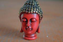 Fridsam röd kulör väggmålning av buddha royaltyfri foto