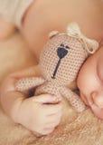 Fridsam sömn av ett nyfött behandla som ett barn royaltyfri fotografi