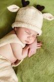 Fridsam sömn av ett nyfött behandla som ett barn arkivbilder
