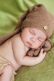 Fridsam sömn av ett nyfött behandla som ett barn royaltyfri foto