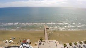 Fridsam semesterortstad på havskusten, tom strand, palmträd, sommarsemester royaltyfria foton