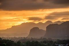 Fridsam sikt av den Vinales dalen på soluppgång Flyg- sikt av den Vinales dalen i Kuba Morgonskymning och dimma Dimma på gryning  Arkivfoto