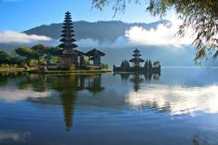 Fridsam sikt av en sjö på Bali Indonesien Royaltyfri Fotografi