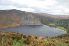 Fridsam sjö i bergen royaltyfri fotografi