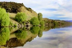 Fridsam sjö i Nya Zeeland Royaltyfri Foto