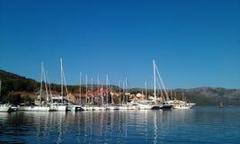 Fridsam sjö med segelbåtar Arkivbild