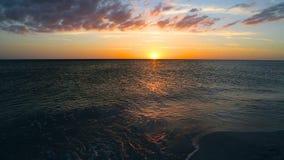 Fridsam sjösidasolnedgång stock video