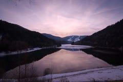Fridsam solnedgång på sjön Olang i södra Tyrol, Italien Royaltyfri Bild
