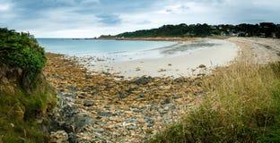 Fridsam strand i Brittany Arkivfoto