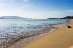 Fridsam strand med det vita sand- och blåtthavet Arkivfoton