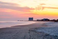 Fridsam strand på solnedgången Royaltyfria Bilder