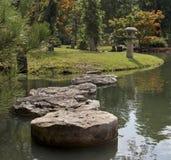 Fridsam trädgårds- bana som kliver stenar Arkivfoto
