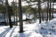 Fridsam tystnad och oöverträffad fred på floden under vintern royaltyfria foton