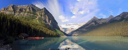 Fridsamma Lake Louise och Victoria Glacier i morgonljus, Banff nationalpark, Alberta, panorama royaltyfria bilder