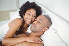 Fridsamma par på sängen Royaltyfri Bild