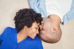 Fridsamma par som ligger på golvet Arkivbilder