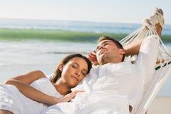 Fridsamma par som ta sig en tupplur i en hängmatta Royaltyfria Bilder
