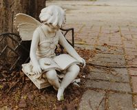 Fridsamma söta Angel Statue Religious Sculpture Symbol royaltyfri foto