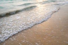 Fridsamma vågor och guld- sand, vatten, skum och sand Royaltyfri Fotografi
