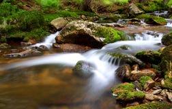 fridsamma vattenfall för blurrörelsenatur Arkivfoton