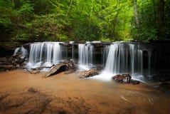 fridsamma vattenfall för skogliggande Arkivbild