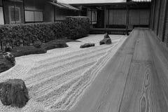 Fridsamma Zen Stone Garden i Kyoto, Japan Royaltyfri Foto