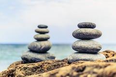 Fridsamt begrepp för stenjämviktsinspiration Arkivbilder