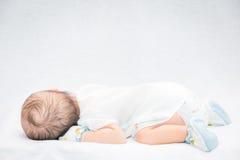 Fridsamt behandla som ett barn att ligga på en säng, medan sova arkivbilder