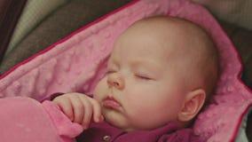 Fridsamt behandla som ett barn att sova i ett bilsäte Arkivbild