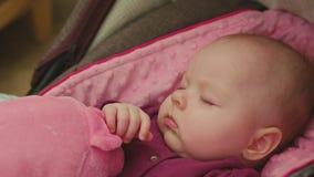 Fridsamt behandla som ett barn att sova i ett bilsäte Royaltyfria Bilder