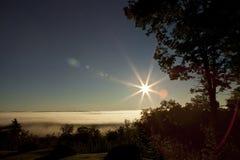 Fridsamt landskap med signalljuset arkivbild