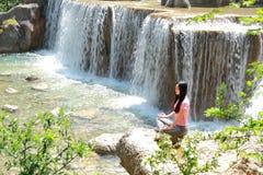 Fridsamt lyckligt liv gör den oförsiktiga asiatiska kinesiska kvinnan yoga för vattenfall royaltyfri foto