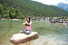 Fridsamt lyckligt liv oförsiktig asiatisk kinesisk kvinnayoga fotografering för bildbyråer