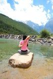 Fridsamt lyckligt liv oförsiktig asiatisk kinesisk kvinnayoga royaltyfri bild