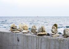 Fridsamt och avslappnande ställe vid havet med avkänning för jämvikt och lugn och harmoni arkivbilder
