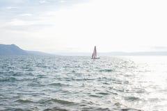 Fridsamt seglinglandskap på sjöGenève Arkivfoto