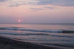 Fridsamt sjösidalandskap för soluppgång Arkivfoto